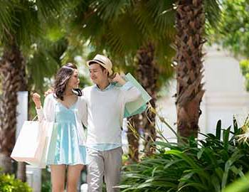 Couple shopping together in Florida
